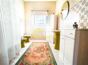 Moradia T4 com garagem e terreno junto ao centro em Quiaios