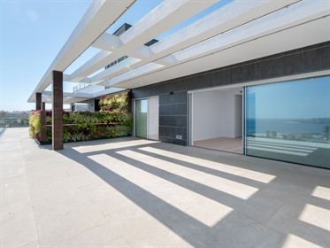Penthouse nova com vista de mar e piscina privativa.