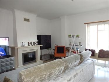 Apartamento com varanda, em excelente zona de Cascais.