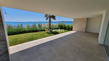 Luxury apartment with three bedrooms, first row to the sea, ...