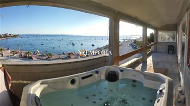 Apartman na otoku Viru smještena direktno uz prekrasnu plažu i more