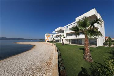 Luksuzno, novo, moderno na top lokaciji direktno uz more – Apartman u Sukošanu