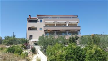 Kuća s 11 apartmana, 50 m od  mora, odlična lokacija