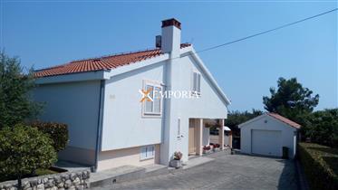 Maison dans un bel emplacement à Petrčane, près de la mer