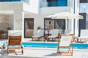 Luksuzna i moderna kuća s bazenom na odličnoj lokaciji, Sukošan