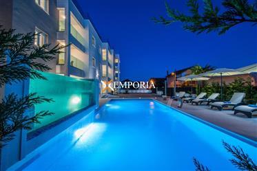 Luksuzna kuća sa 6 top uređenih apartmana, bazenom i jaccuzijem na krovnoj terasi, Bibinje