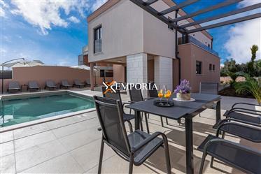 Villa mit Pool in Zaton