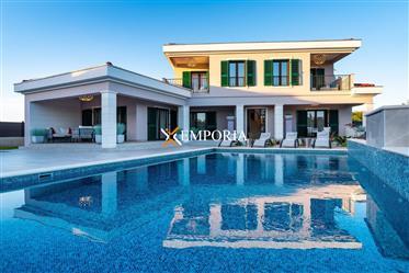 Nova i luksuzna vila u mediteranskom stilu s bazenom u Zatonu