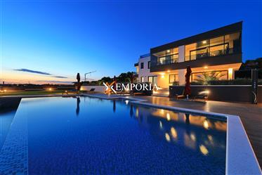 Jedinstvena nekretnina! Nova i luksuzna vila s bazenom u Zad...