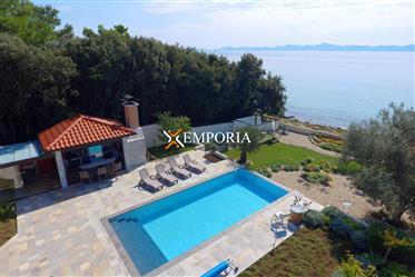 Luksuzna vila s bazenom u prvom redu do mora, Petrčane