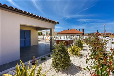 Odlična kuća u novogradnji s lijepo uređenim dvorištem u Nin...