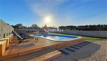 Prekrasno uređena kuća s bazenom na mirnoj lokaciji u blizini Zadra