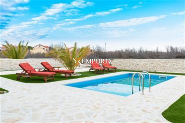 Luksuzna vila s bazenom u mediteranskom stilu, Privlaka