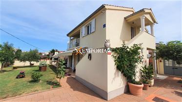 Prekrasna kuća s dva apartmana i lijepo uređenom okućnicom. ...
