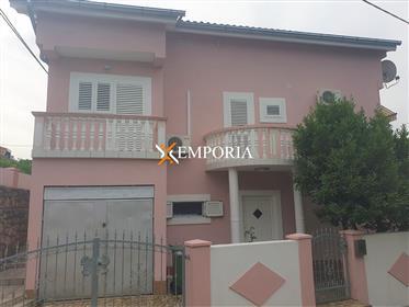 Kuća s 3 stana i pogledom na more, 50 m od mora, Maslenica, ...