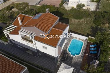 Lijepo uređena i opremljena kuća s bazenom na Boriku, Zadar