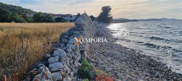 Atraktivno zemljište u prvom redu do mora 1606 m2, Dobropolj...