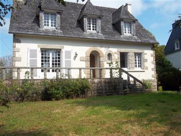 Belle Neo Bretonne de 5 chambres dans le village de Huelgoat avec jardin !