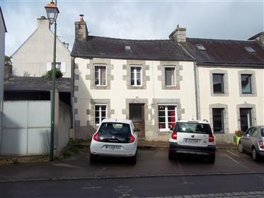 Dans Huelgoat, maison de 3 chambres avec beau jardin, vendue meublée !
