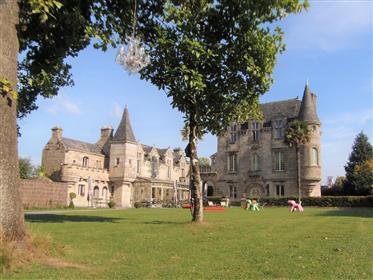 20Km Auray and Beaches. Magnifique Château 15eme avec une chapelle 14eme, une crêperie et une piscin