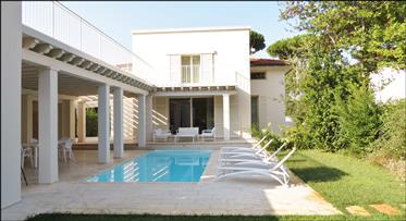 Villa con piscina a breve distanza dagli stabilimenti balneari