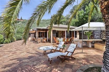 Prestigieuse villa située sur la côte sud de l'île d'Elbe, a...