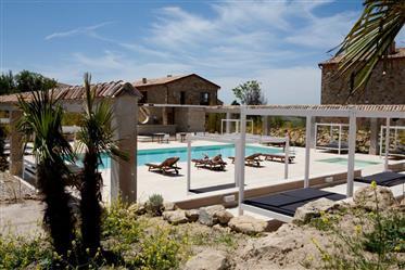 Attico all'interno di un borgo privato con piscina, campo da tennis e bellissima vista.