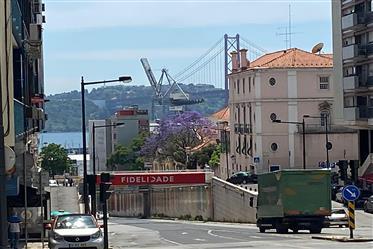 Apartamento T3 na Estrela totalmente remodelado com vista rio