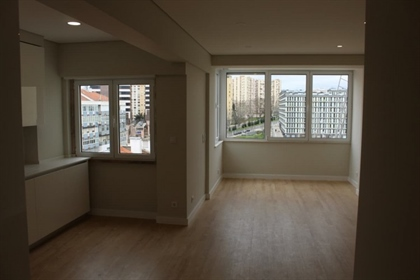 This 2 bedroom and 2 bathroom apartment is located on the 8th floor of a well maintained b