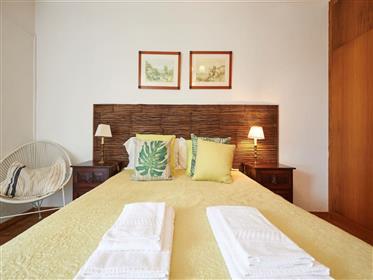 Luminoso apartamento T2 em Cascais, no Alto da Pampilheira, com terraço e jardim.