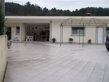 Moradia duplex T3+1 com piscina em Celorico de Basto