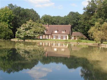 Propriété de 4,54 hectares boisés avec bel étang et maison d'env 300 m² hab au grand calme