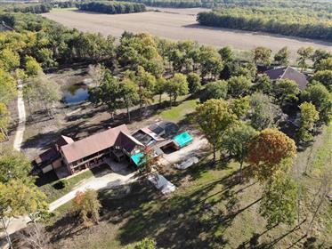 Propriété 14,8 ha avec pièce d'eau, maison 525 m² + dépendances