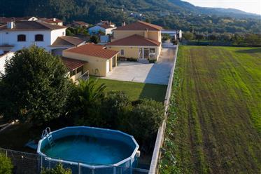 Moradia T5 em bom estado com piscina, jardim, quintal, anexo e garagem num local sossegado