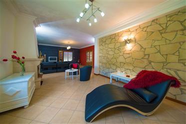 Maison T5 en bon état avec piscine, jardin, arrière-cour, annexe et garage dans un endroit calme