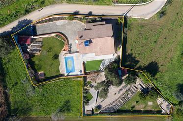Moradia T4 de qualidade em estado novo com varandas cobertas,piscina,jardim e vistas panorâmicas num