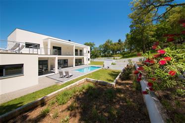 Moradia T3 moderna ,recente e confortável em estado novo com piscina ,jardim,garagem e vistas panorâ