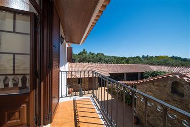 Quinta tradicional em bom estado com pátio,anexo,poço e grande terreno plano a 5 min de Vila Nova de