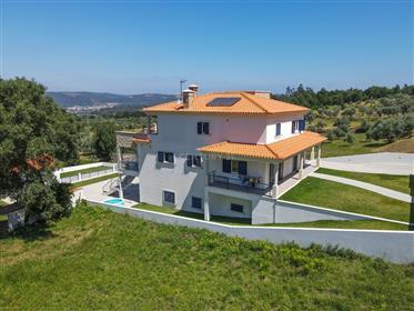 Moradia T4 em muito bom estado com varanda coberta, garagem,jardim,anexo com churraqueira e vistas b