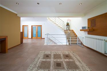 Villa de 4 chambres en très bon état avec balcon couvert, garage, jardin, annexe avec churraqueira