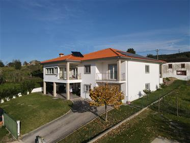 Moradia T3 de qualidade com varandas,garagem,vistas boas e terreno vedado numa localização sossegada