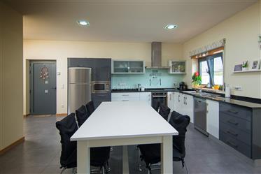 Moradia térrea T4 de qualidade superior com varanda, churrasco coberto, garagem, jardim e estufas nu