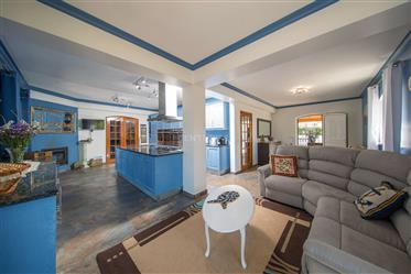 Moradia térrea T3 + 2 com varanda, cave, sótão, piscina, churrasco, jardim, garagem e anexos num loc