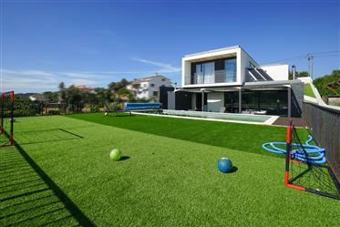 Moradia T4 moderna com varanda,piscina,garagem ,armazém,jardim ,vistas boas e terreno numa localizaç