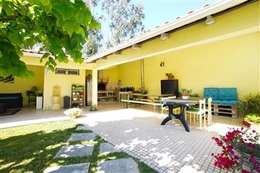 Moradia T4 em bom estado com varanda,sótão, jardim, anexo, garagem, quintal e terreno grande numa lo
