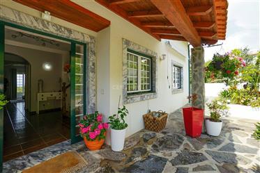 Moradia T5 em bom estado com varandas, vistas panorâmicas, garagem, anexo e jardim numa localização