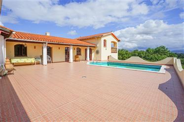 Moradia T5 com piscina, terraço, garagens, jardim e vistas panorâmicas numa localização sossegada a