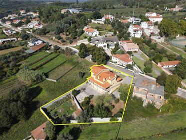Moradia T5 com varanda coberta, jardim, garagem, anexo e vistas boas numa zona calme perto o rio Cei