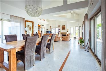 Moradia térrea de qualidade superior com terraço,jardim,garagem ,piscina e vistas panorâmicas numa l