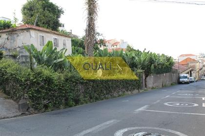 Vivienda, Almacén y Edificio en el Centro de Funchal a la Venta en la Isla de Madeira.
